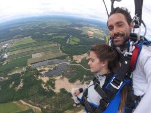 Exemple de photo selfie prise pendant le vol en parachute montrant la cliente et l'immensité du paysage.