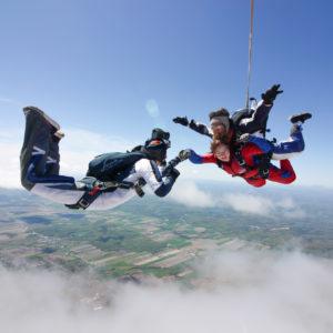 Exemple de coffret souvenir vidéo chez Parachute Voltige présentant un caméraman suivant un client tandem en chute libre.